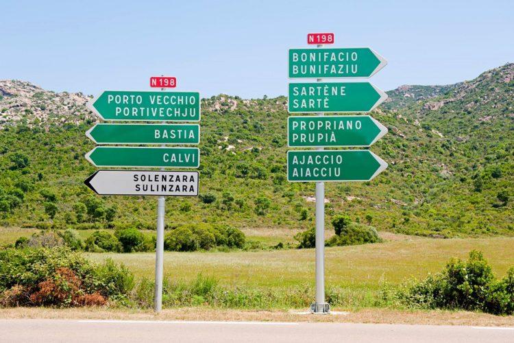 Richtung auf den Straßen von Korsika