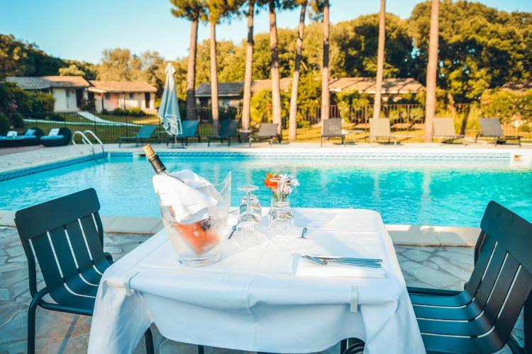 Hotel-Preca-Gianca-piscine-repas-moment-Bonifacio.jpg