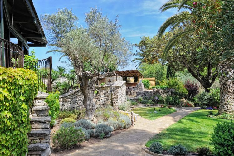 A-Cheda-Jardin- extérieuronifacio-Corsica.jpg