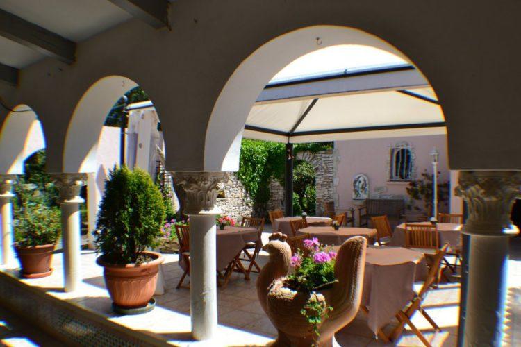 Chambredhôtes-domainelaforesta-terrasse-bonifacio-corse.jpg