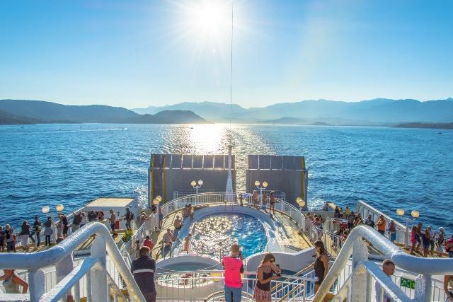 Transport-corsicalinea-piscine-bonifacio-corse.jpg