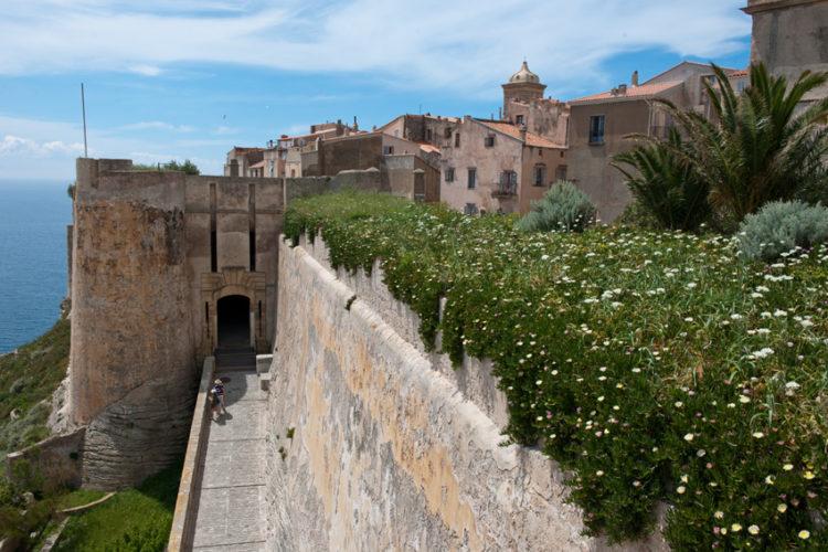 Bastion-etendard-monuments-visite-Bonifacio-Corse.jpg