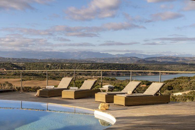 lesmaisonsdumaqui-piscine-mobilier-Corsica.jpg