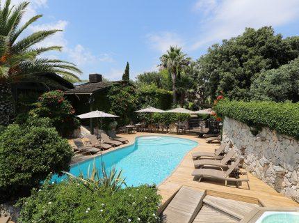 A-Cheda-Jardin- extérieuronifacio-piscine-Corsica.jpg