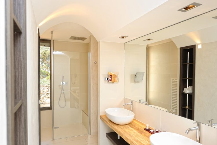 Hotel-caladigreco-bonifacio-corse-chambre-piscine-salle-bain1